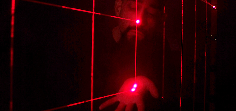 Leo Bettinelli plays the red lasers of his Stimulierte Emissionen Klingen