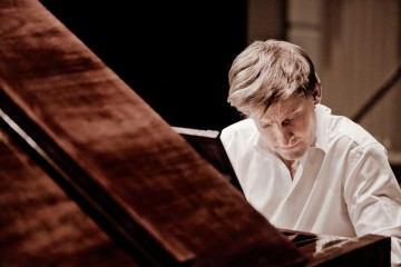 Kristian Bezuidenhout plays the fortepiano