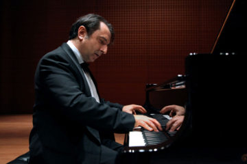 Carlo Grante plays the piano